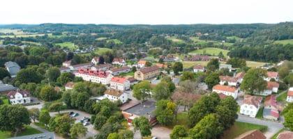 Landsskapsbild på hus och skog