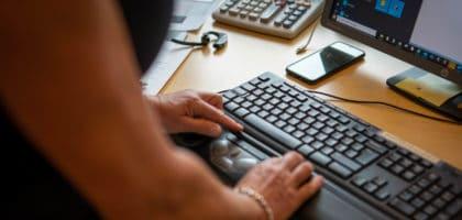 Kvinna som skriver på tagentbord